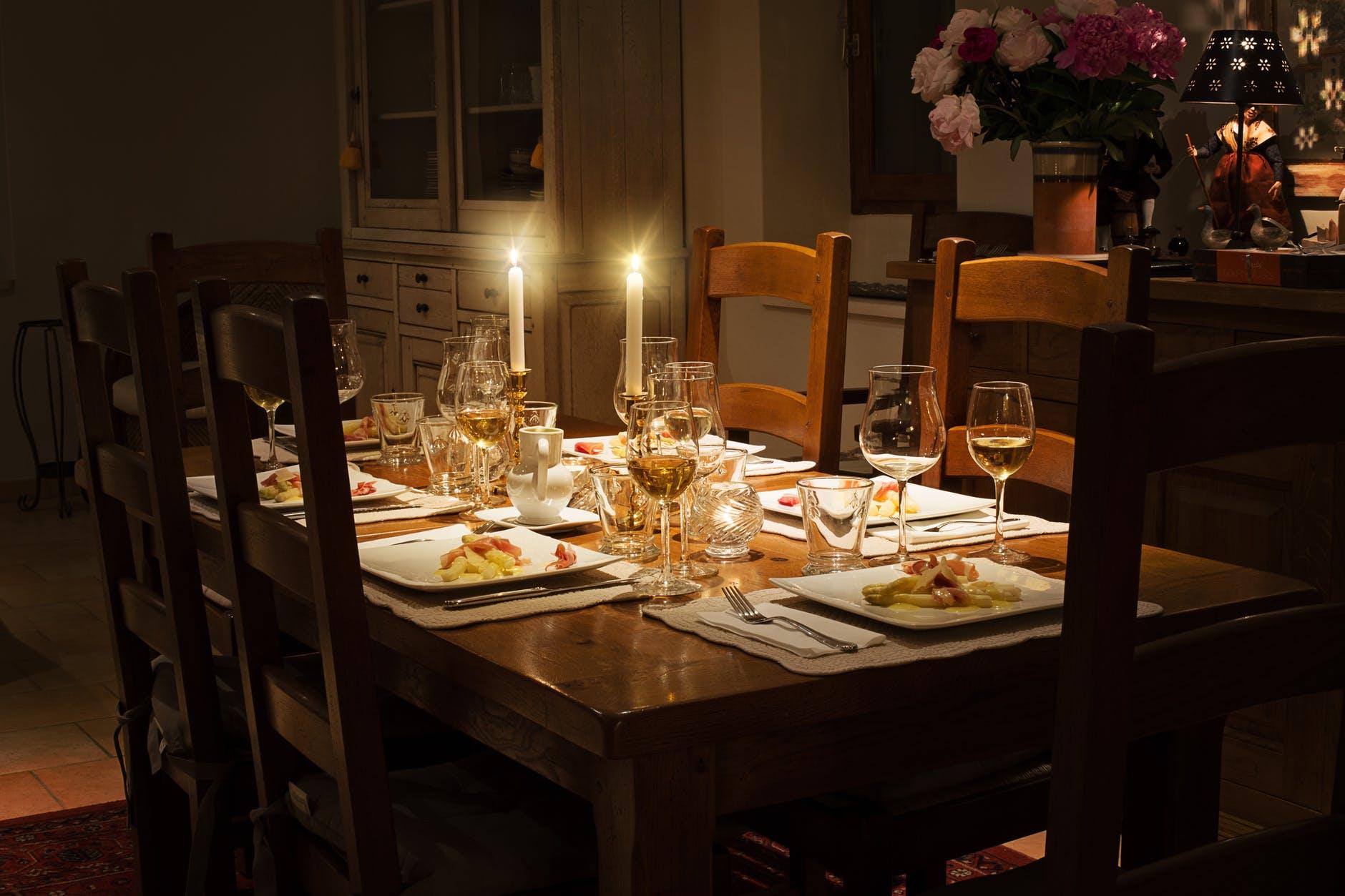 Sådan bliver du en fantastisk vært til middagsarrangementet